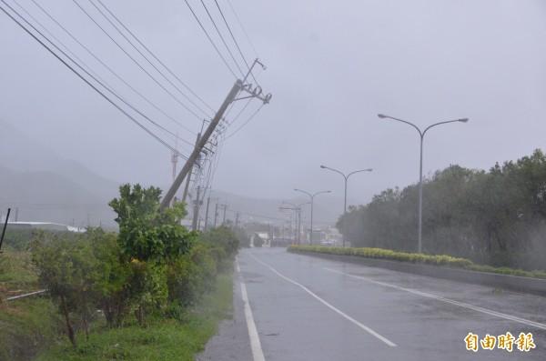 颱風尼伯特襲台,台電表示截至上午10點全台累積有約36.4萬戶停電,已修復約10.3萬戶,目前尚有約26.1萬戶停電中。(記者葉永騫攝)