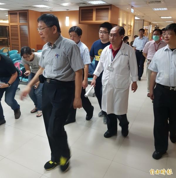 台北市長柯文哲(左)搭著計程車趕抵忠孝醫院探視傷患。(記者陳薏云攝)