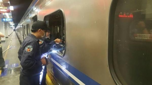 班次1258開往基隆的區間車,7日晚間10點駛入松山站前,第六節車廂內突傳爆炸。(記者吳政峰翻攝)