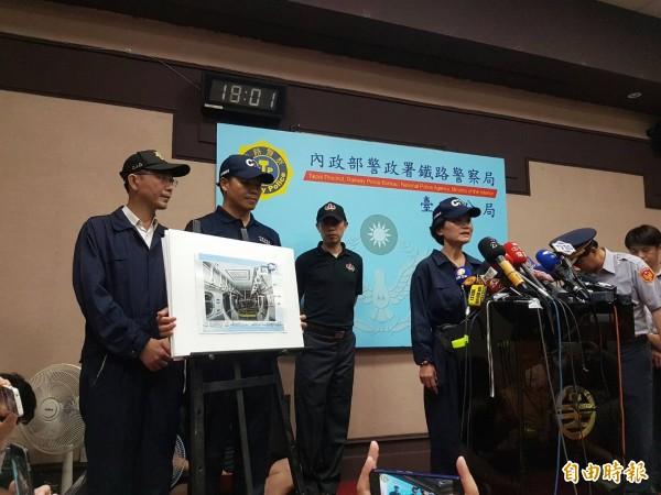 警方晚間6點召開記者會,說明台鐵爆炸案相關案情。(記者劉信德攝)