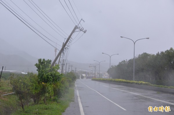 台電表示截至上午12點全台累積曾有約41.2萬戶停電,已修復約17.3萬戶,目前尚有約23.8萬戶停電中,主要集中屏東縣12萬戶、台東4.9萬戶、高雄市4.8萬戶。(記者葉永騫攝)