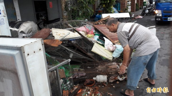 很多人熟悉的「中華早點」老闆,今早不賣早點,而是忙著清理颱風善後。(記者黃明堂攝)