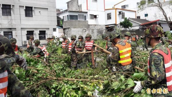 國軍投入東市救災。(記者黃明堂攝)