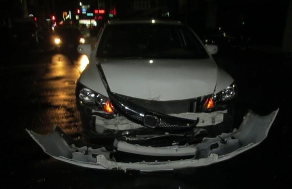 白色轎車與黑車擦撞,損壞嚴重,黑車呈180度打滑。(記者黃良傑翻攝)