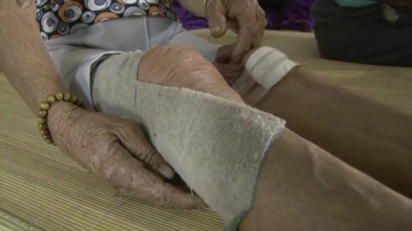 伸港鄉1名阿嬤被流浪狗追逐導致摔車受傷。(記者湯世名翻攝)