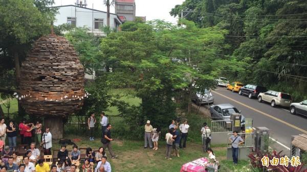 裝置藝術創作者林舜龍的「桐花籽茶屋」(左),就矗立在峨眉天主堂前。(記者黃美珠攝)