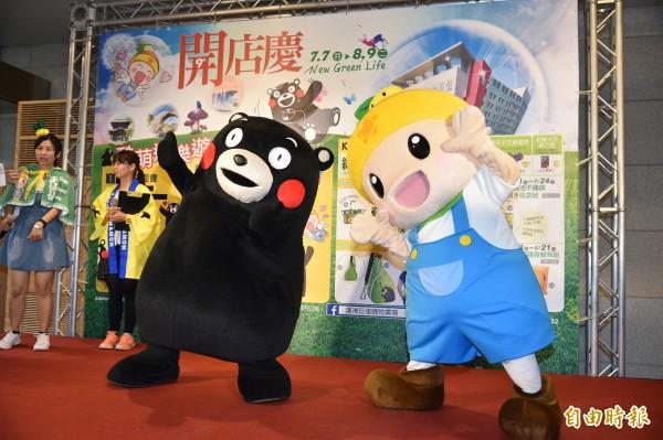 日本熊本縣吉祥物「熊本熊」今天與高雄農業精靈「高通通」在漢神巨蛋舉辦握手會(記者張忠義攝)