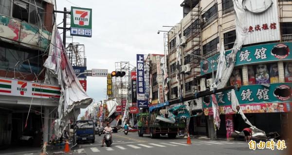 吊車昨天忙著在台東市鬧區清除掉落招牌,但數量仍嚴重不足,急需外援。(記者黃明堂攝)