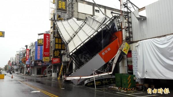 尼伯特颱風對台東帶來嚴重風災,市區內隨處可見被吹落的招牌。(資料照,記者黃明堂攝)