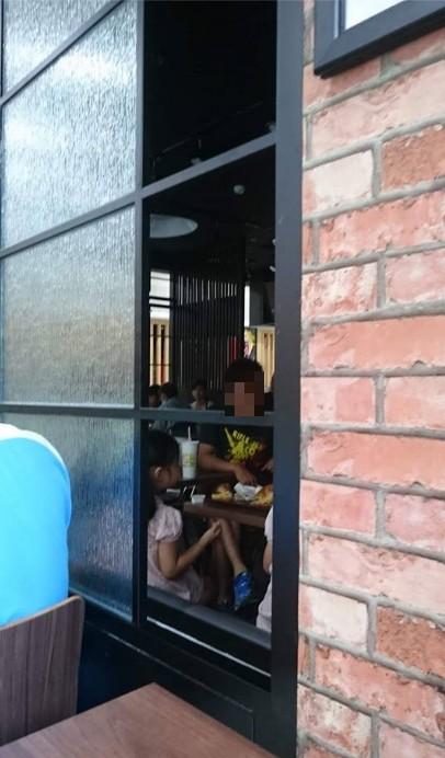 業者說,自己的店颱風天並沒有營業,卻被朋友通知「客滿」。(圖擷取自爆料公社)