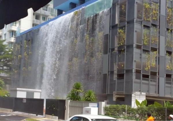 新加坡黃埔地區一間豪宅,昨天下午30分位於豪宅5樓的無邊際游泳池玻璃發生破裂。(圖擷取自砂朥越人人晚報)