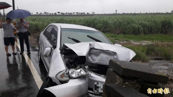 轎車撞上橋的護堤,發生嚴重車禍。(記者林宜樟攝)