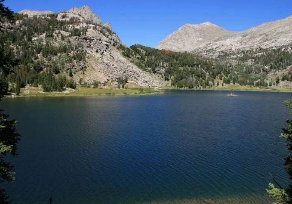 美國懷俄明州有位19歲女玩家,原本只是想到河邊抓《精靈寶可夢GO》的水系怪物,卻出乎意料地發現一具浮屍。圖為事發地點附近的水域。(圖擷自《地鐵報》)