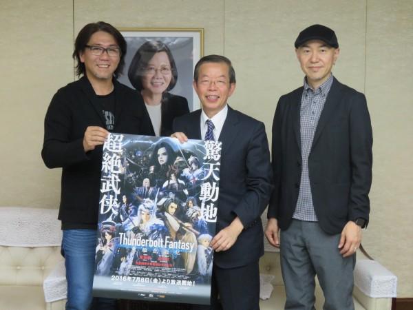 參與布袋戲設計的日本公司2位社長拜會駐日代表謝長廷。謝長廷讚台灣布袋戲能走向世界。(中央社)
