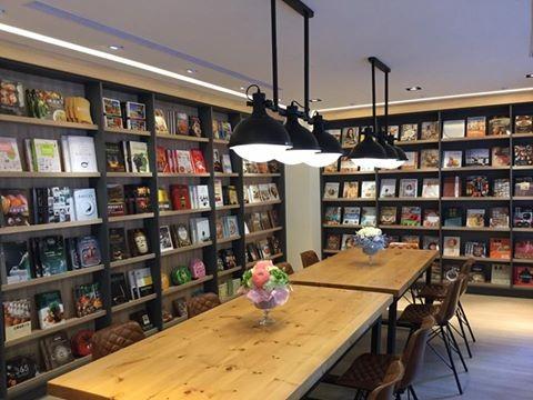 王品集團創辦人戴勝益日前成立了一所書屋,標榜只要一天繳100元,即可享有飲料和書本看到飽。(圖片擷取自戴勝通臉書)