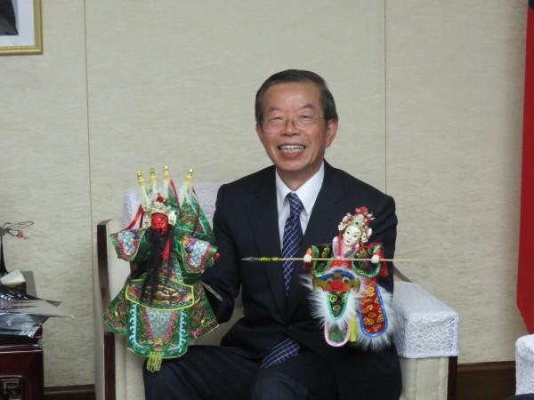 由台日合作的布袋戲《東離劍遊記》,昨晚在日本電視台播出第一集,參與布袋戲製作的日方公司社長造訪駐日代表謝長廷,謝直說這次合作將是台灣布袋戲推廣到世界的重要一步。(中央社)