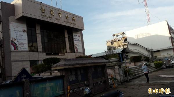 今早6點,荖葉園全毁的曾婦到台東市公所等著申請補助。(記者黃明堂攝)