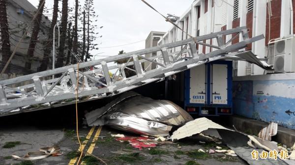 台電台東營業大樓15噸的鋼構屋頂掀翻落地。(記者黃明堂攝)