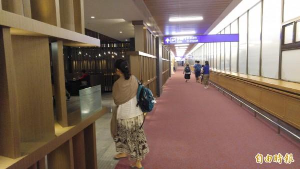 沒有錯,你現在看到的就是全球國際機場首創的免費高級旅客休息區,這些設施裝潢完全是由世界知名機場貴賓室品牌環亞貴賓室提供,桃園機場也是環亞在世界機場100多個貴賓室中唯一有提供免費休憩區的機場。(記者姚介修攝)