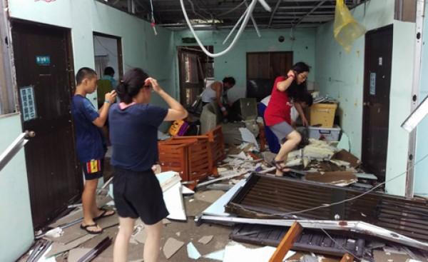尼伯特颱風重創綠島、蘭嶼,招牌、屋頂都被吹走。(取自臉書)