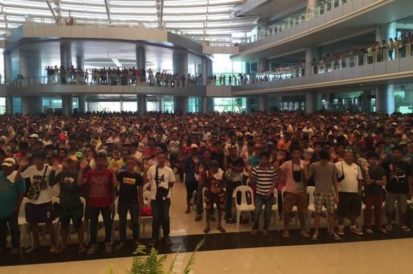 昨天有將近4000名販毒與吸毒者集體向菲律賓政府自首,是杜特蒂上任以來,單日最多自首人數的一次。(圖擷自ABS-CBN)
