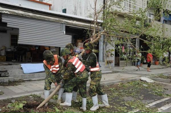 尼伯特颱風17級強烈陣風重創台東,造成當地災害嚴重,總統蔡英文今天在臉書發文,表示「全力協助台東人重建家園」。(圖片取自蔡英文的臉書)