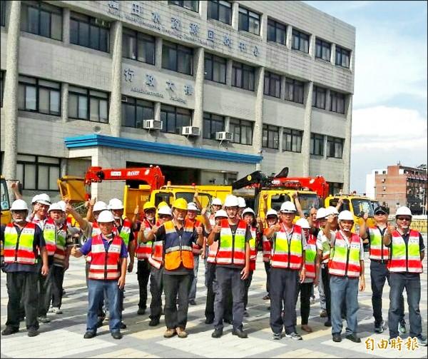 台中市府投入大批人力、物力,趕往台東協助災後復原。(記者黃鐘山攝)