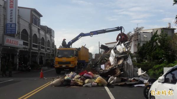 高雄市政府支援的救災大隊上午在台東市豐盛路清運。(記者黃明堂攝)
