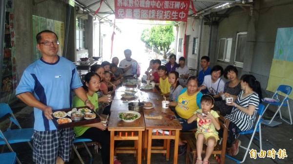 將軍漚汪國小辦媽媽的魔幻廚房,親子共學共餐,幸福。(記者楊金城攝)