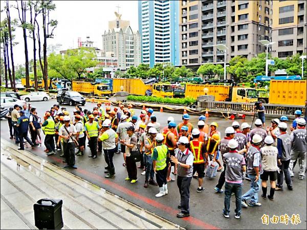 高市工務、環保單位共一六三人,昨出發前往台東支援災後復原。(記者王榮祥攝)