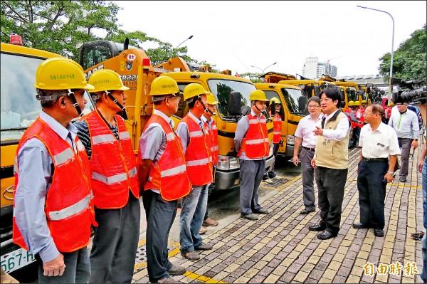 台南支援台東災後救援重建物力人力,在市長賴清德加油後出發。 (記者蔡文居攝)
