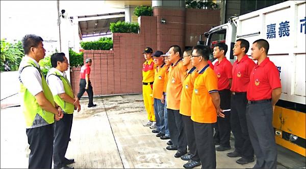嘉義市府昨出動機具、特種搜救隊及環保局人員協助台東救災。(記者王善嬿翻攝)