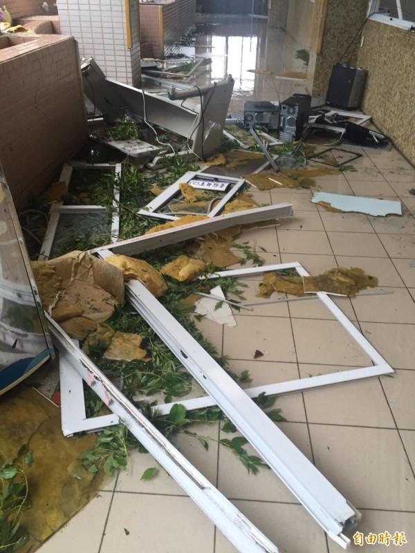 東海國中2樓資訊教室電腦主機被風雨吹到走廊。(資料照,記者張存薇攝)