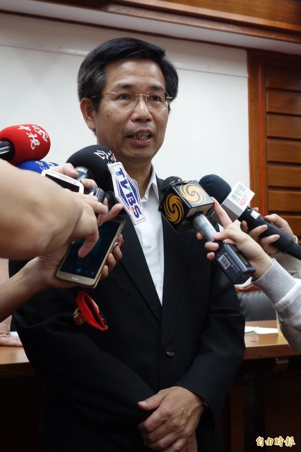 教育部長潘文忠在尼伯特颱風過後,曾到台東勘災,發現狀況嚴重,希望在暑假黃金期拚修復,趕9月開學前恢復原狀。(記者吳柏軒攝)