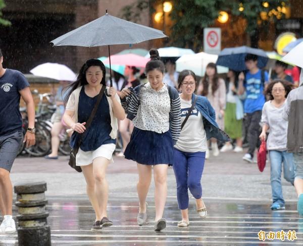 中央氣象局指出,今天(11日)受西南風影響,中南部有大雨或豪雨發生的機率。(資料照,記者黃耀徵攝)