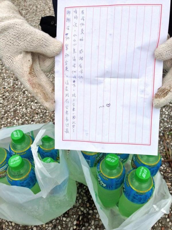 台中救援團隊於台東地區救災期間,收到台東市一名女孩的感謝信和飲料。(圖擷自林佳龍臉書)