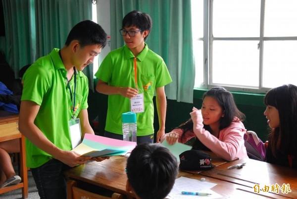 台裔青年到偏鄉教導英文,直說收穫更大。(記者洪臣宏攝)