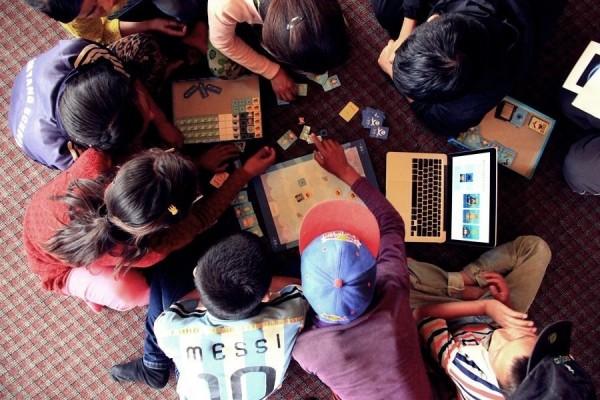 「程式老爹」將遊戲帶到印度,給當地資源匱乏的學童,體驗電腦程式的基礎概念。(程式老爹團隊提供)