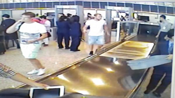 航警局證實一銀ATM盜領的兩名俄羅斯人行李內沒有任何錢幣。(記者姚介修翻攝)