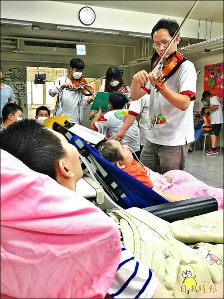 小提琴老師黃大育利用寒暑假帶領學童到全台創世演奏。(記者林欣漢攝)