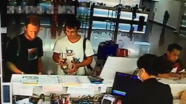 兩名俄羅斯男子在桃園機場租車後,隨即駕車尋找ATM犯案。(記者姚岳宏翻攝)