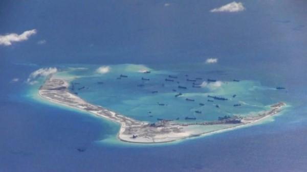 圖為中國近2年在南海填海造島的照片。(路透)