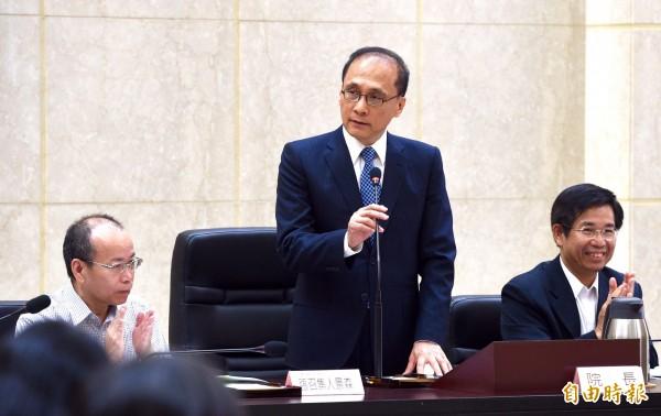 行政院長林全(中)指出無論南海仲裁結果為何,台灣對於南海諸島如太平島等地,依舊會堅定地表示擁有主權。(記者羅沛德攝)