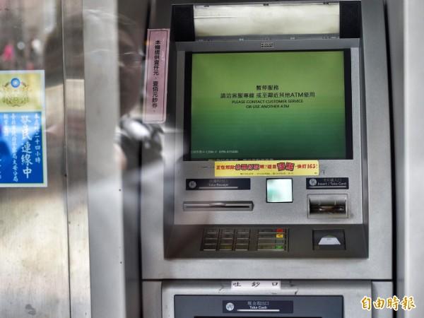 圖為遭盜的領第一銀行古亭分行提款機,螢幕上顯示暫停服務。(記者羅沛德攝)
