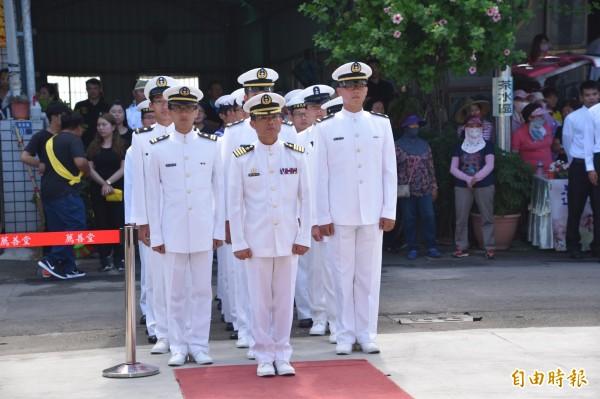 131艦隊金江軍艦由政戰主任陳周文帶隊,送黃船長最後一程。(記者蘇福男攝)