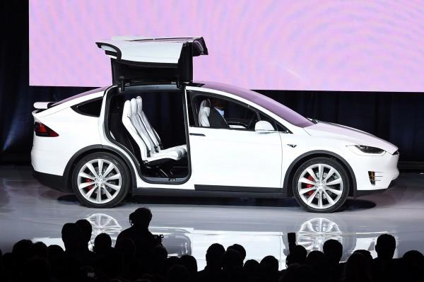 美國電動汽車大廠特斯拉推出低價版Model X休旅車,低價版的Model X 60D定價7.4萬美元,比舊款的Model X 75D便宜9000美元。(法新社)
