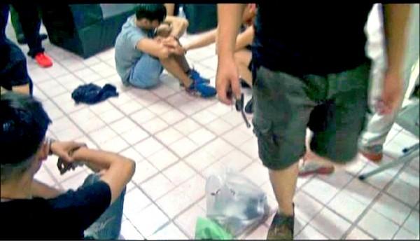 警方在鳳山區查獲「集中營」。 (記者黃良傑翻攝)