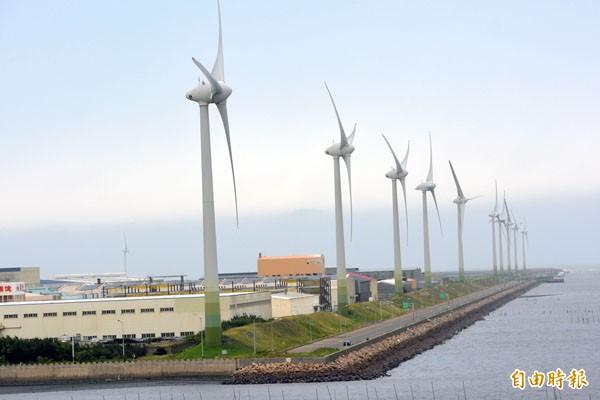 環保署確定未來離岸風電施工應避開環境敏感區。圖為彰濱工業區堤岸的風力發電機組。(資料照,記者張聰秋攝)