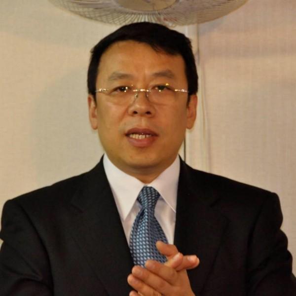 燕鵬說:「等了十多年了,實在不容易,現在總算是有身份的台灣人了!」(圖取自臉書)