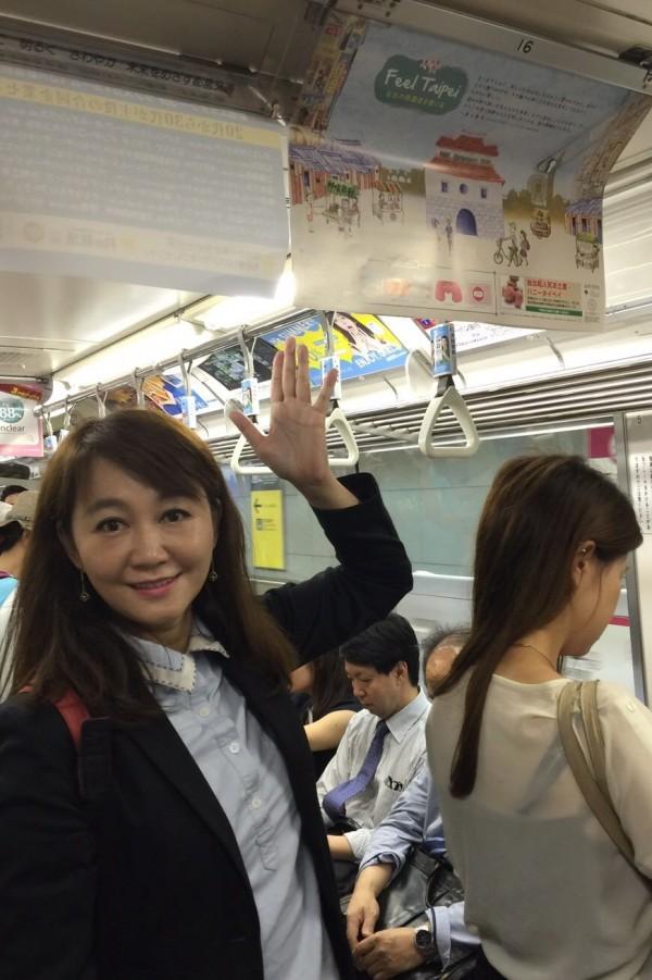 台北市觀傳局長簡余晏在東京看到都內的地下鐵「大江戶線」與「淺草線」車廂內掛有「Feel Taipei」的海報感到非常開心。(台北市觀傳局提供)